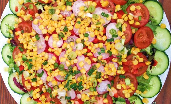bunter Salat mit Mais